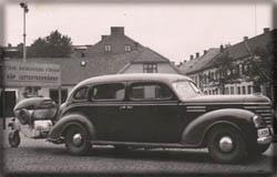 Bror Källströms bil, med gengasaggregat, mitt under brinnande kriget. Bilen en 39 års Plymouth.